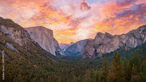 Canvas Print Yosemite valley nation park during sunset view from tunnel view on twilight time