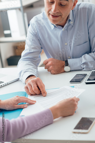 Signing a contract Tapéta, Fotótapéta