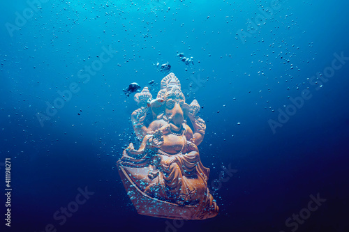 Obraz ganesh idol submerged in water	 - fototapety do salonu