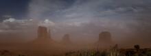 Sandsturm Im Monument Valley, Welches An Der Südlichen Grenze Des US-Bundesstaates Utah Sowie Im Norden Arizonas Liegt.