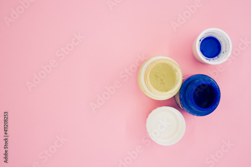 Tablou Canvas Top view of small opened cans of blue and white gouache paints isolated on a pin