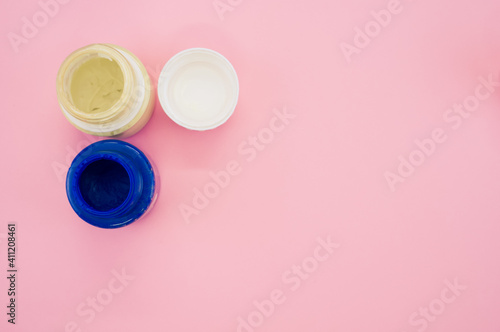 Fotografie, Tablou Top view of small opened cans of blue and white gouache paints isolated on a pin