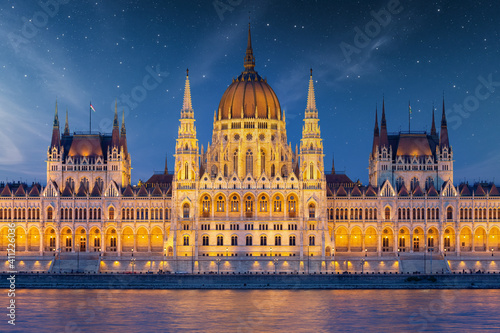 Obraz na plátně Hungarian Parliament along river Danube at dawn with starry sky
