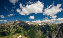 Sommer In Der Vorarlberger Alpen, Österreich. Wanderung Im Großen Walsertal An Einem Sonnigen Tag Mit Tollen Wolkenformationen.