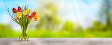 Tulpenstrauss Auf Holztisch Im Frühling