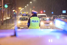 Policjanci Ruchu Drogowego Kierują Ruchem W Czasie Opadów śniegu.