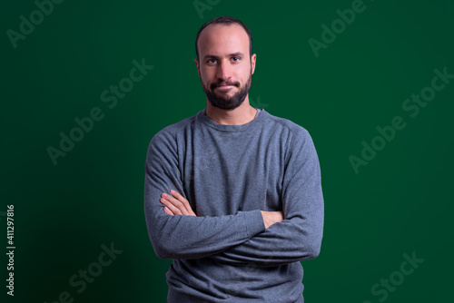 Fotografering young man in casual clothes with disapproving and deception expression