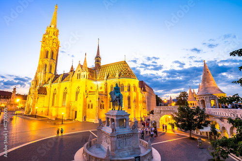Fotografie, Obraz Matthias Church and Fishermen's Bastion in Budapest at night, Hungary
