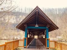 Holzbrücke, Durchgang, Spitzdach, Lampe, Geländer, Holzüberdachung, Horizont Quadrat, Steinbruck, Baumreihe, Hintergrund,
