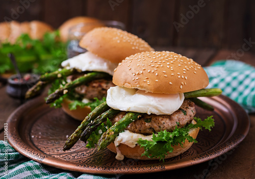 Close-up Of Burger On Cutting Board Fototapet