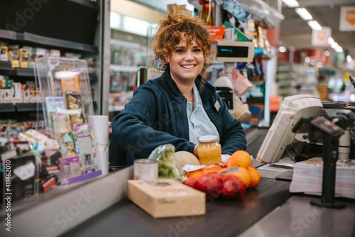 Woman working in modern supermarket Fototapet