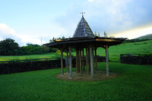 Green Hilly Ranch And Gazebo With Morning Soft Sunlight In Hana On The Island Of Maui, Hawaii - 草原 小屋 マウイ ハワイ