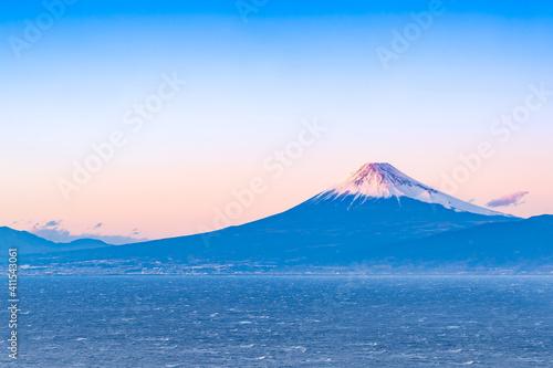 Billede på lærred 静岡県沼津市戸田 出逢い岬から見た富士山の夕景 暴風による荒波