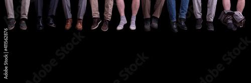 Obraz Beine vor schwarzem Hintergrund - fototapety do salonu