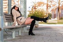 Bella Mujer Paseando  Al Aire Libre Por Un Parque