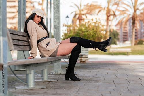 Fotografie, Obraz Bella mujer paseando  al aire libre por un parque