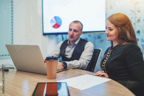 Photo A business scene in a conference room with two colleagues: a woman entrepreneur