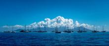 Eine Ganze Reihe Von Segelbooten Nahe Dem Hafen Von Tahiti. Im Hintergrund Die Kleinere Nachbarinsel Moorea.
