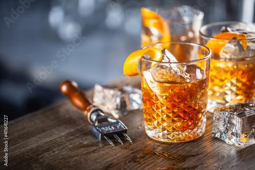 Fotografía Old fashioned classic rum cocktail on ice with orange zest garnish