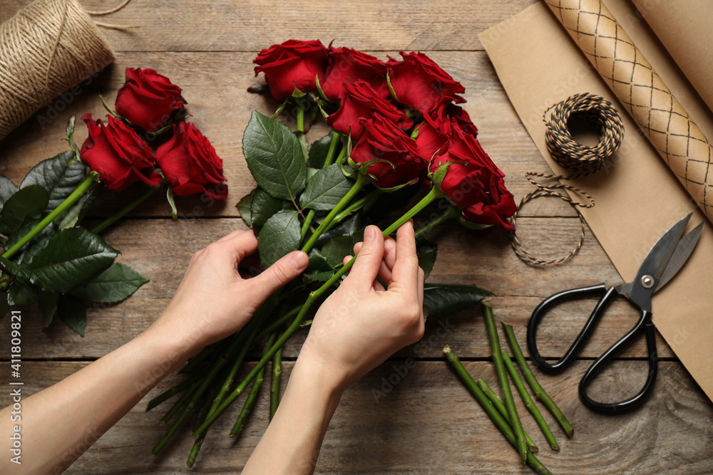 Fototapeta Woman making luxury bouquet of fresh roses at