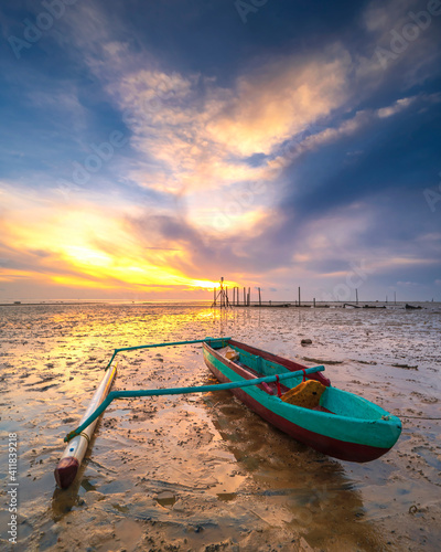 Photo Boat Moored On Shore Against Sky During Sunset