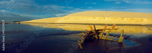Fototapeta Foto panorâmica das dunas e praia de Jericoacoara e carcaça de canoa aparece na