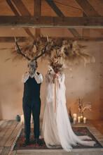 Para Młoda W Maskach Elegancja, Romantyzm Maska Zwierzęcia I Bukier Kwiatów Zasłonięte Twarze Pary Młodej, Rystykalny ślub, ślub Boho