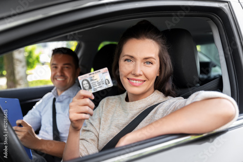 Fotografia, Obraz driver courses, exam and people concept - young woman with license and driving s