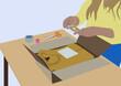 Femme emballant un pull dans un carton pour en faire un colis