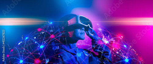 Photo Young woman using glasses of virtual reality on dark background