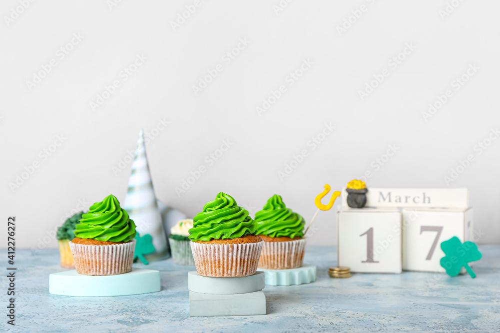 Fototapeta Tasty cupcakes for St. Patrick's Day on table