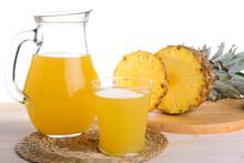Ananas Con Spremuta Di Ananas In Brocca E Bicchiere