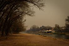 Vieja Construcción Sobre El Río Y Cielo Con Humo En Atardecer De Incendios En El Bosque
