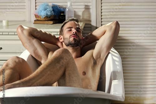 Foto Man with muscular legs in bath