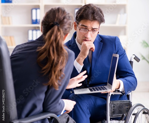 Photo Disabled businessman having discussion with female colleague