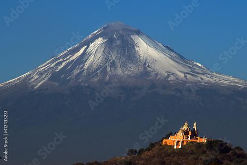 Fototapeta Vista de Cholula iglesia y Popocatépetl