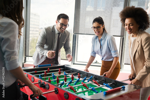 Fotografia Excited diverse employees enjoying funny activity at work break, creative friend