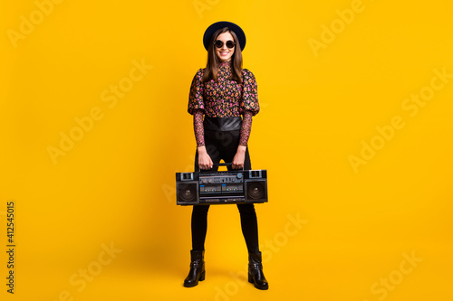Photo Full length body size photo of smiling female student keeping boom-box listening