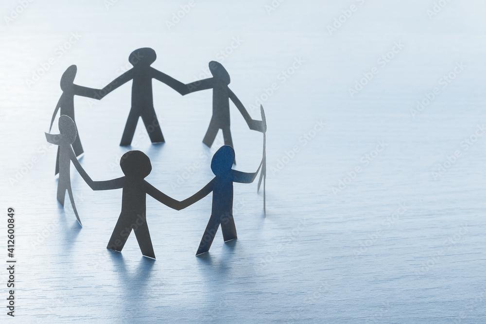 Fototapeta Arbeitskreis aus Papiermenschen - Teambuilding, Teamwork Konzept