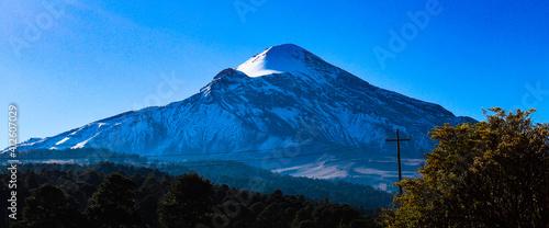 El Pico de Orizaba, la montaña más alta de México se cubre por un manto blanco de nieve de vez en cuando, esta hermosa montaña es una zona natural protegida.