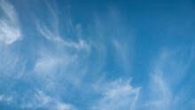 Cielo Azul Con Nubes Ligeras Blancas