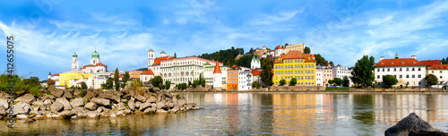 Foto Gran panorama of the Inn shore and historic old town of Passau on a beautiful su