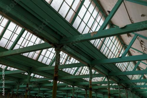 Obraz Drewniany strop i dzienne oświetlenie sufitowe w starej hali fabrycznej - fototapety do salonu