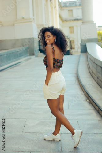 Photo A casual Afro-Columbian woman with curly hair wearing stylish crop top and short