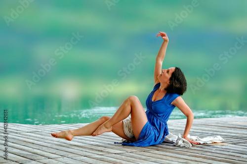 Obraz Frau, schlank im Kleid auf Bühne im Sommer tanzt in Bewegung und Darstellung von Kunst - fototapety do salonu