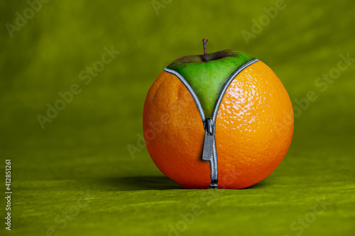 Photographie Close-up Of Granny Smith Apple With Cover On Table