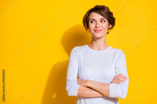 Papel de parede Photo of shiny sweet young lady dressed white shirt arms crossed looking empty s