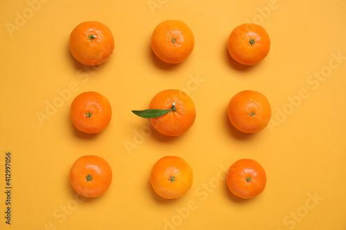 Fototapeta Fresh ripe tangerines on orange background, flat lay obraz