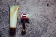 Mesa Gris De Mármol Con Productos Para El Cuidado De La Piel: Pote De Crema Y Brocha Para Cuidado Y Belleza De Rostros