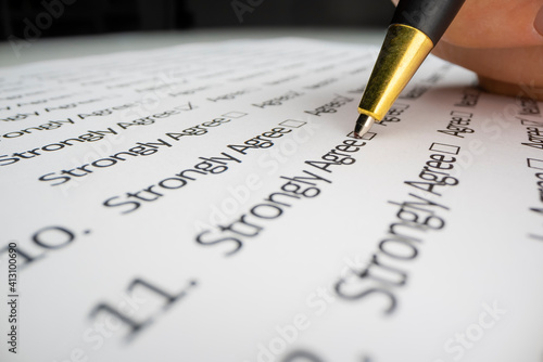 Obraz Close-up view of completing a questionnaire - fototapety do salonu